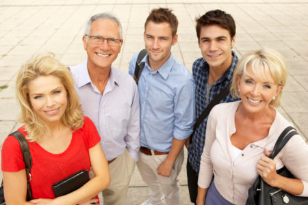 Grupa uśmiechniętych ludzi w różnym wieku